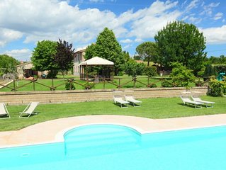 2 bedroom Apartment, sleeps 5 with Pool, FREE WiFi and Walk to Shops