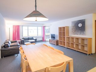3 bedroom Apartment, sleeps 7 with FREE WiFi and Walk to Shops
