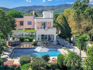 4 bedrooms, 3 bathrooms, beachfront villa, walk to amenities, Free WFi, Free AC.