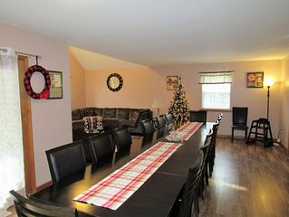 Large home for 22/24 guests, Indoor Hot Tub/Game Room/Fire Pit, Near Camelback!