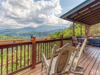 Gatlinburg New Luxury Cabin, Mountain Views, Outdoor Hot Tub..