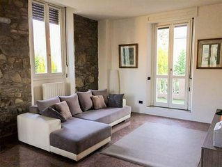 2 bedroom Apartment, sleeps 6 with FREE WiFi and Walk to Shops