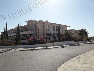 Spacious One Bed Apartment In Gated Complex With Communal Pool