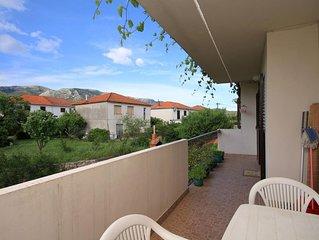 Three bedroom apartment with terrace Jelsa (Hvar) (A-4002-a)