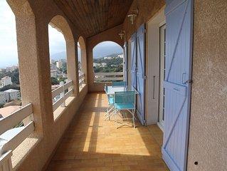 Appartement dans maison avec piscine et vue sur mer