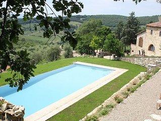 Villa Arnica B: Un grazioso cottage circondato da vigneti e uliveti.