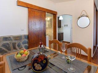 Schönes Apartment mit geräumiger Veranda, Meer- und Bergblick & WLAN; Straßenpar