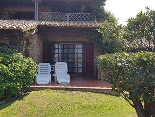 Einzimmerwohnung mit Klimaanlage, Pool und Garten; Parkplatz vorhanden