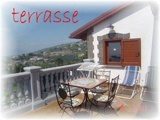 Attico  panoramico con  terrazza   vista mare   sul golfo di Napoli con PISCINA