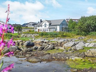 7 bedroom Villa, sleeps 14 with FREE WiFi and Walk to Beach & Shops