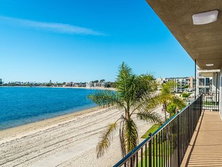 NOV/DEC PRICE SPECIALS! LARGE BAY CONDO WITH PANORAMIC BEACH AND WATER VIEWS!!