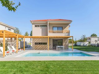 200 metres to the beach, 2 bedroom villa, 2 bathrooms, private pool, close to am