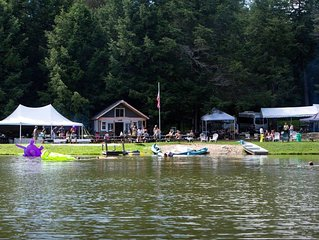 Beautiful home, Mt views,hot tub, sleeps 14+,2miles to town,40 ac trails, lake.