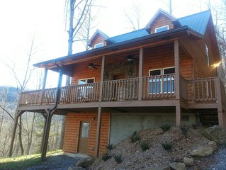 LUXURY LOG CABIN - BRAND NEW 2018 HOT TUB, GAME ROOM, WIFI, FIRE PIT, VIEWS!