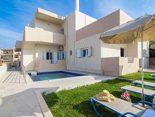 7 bedroom villa with pool, 700m from the beach, restaurants and supermarkets!