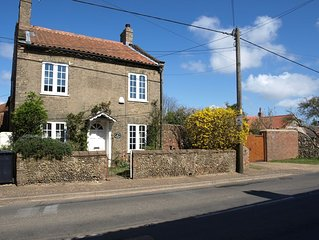 Traditional Norfolk Cottage That Sleeps 8 Plus A Cot Comfortably. Ideal For 2 Fa