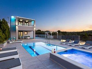 Villa Angelina! Superb sea views, 5' to sandy beach & shops, Jacuzzi!