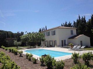 Belle Bastide Provençale contemporaine entourée de vignes, ombragée de platanes