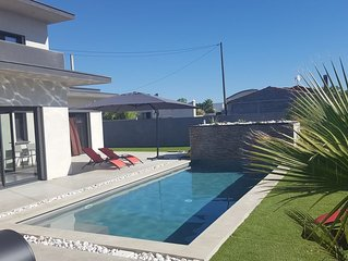 Superbe villa contemporaine neuve  avec piscine privee a 400 m de la mer