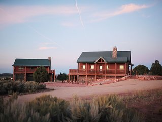 Luxurious Cabin minutes from all Southern Utah National Parks with 15 beds