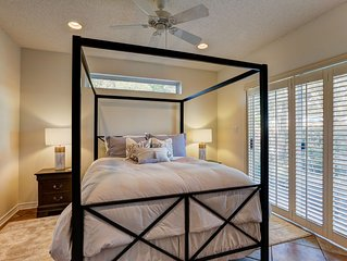 The Queen Suite - perfect Ocean Springs location only 1 block to Front Beach!