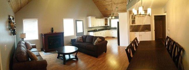 Vista panorámica de la amplia sala de estar y comedor.