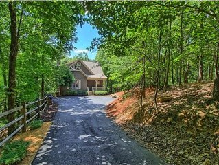 Big Canoe Cottage- Great Family Vacation, Relaxing Screened Deck and HOT TUB!