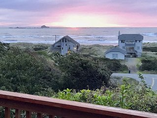 Pets welcome. Private hot tub. Panoramic ocean view. Beach access 5 min. walk