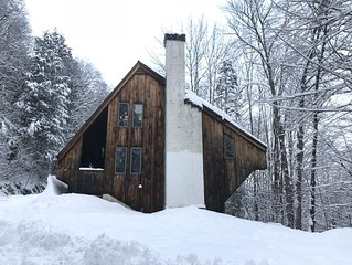 'The Crooked House' w/ sauna on private wooded lot near Woodstock, Killington