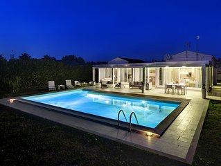 Bellissima ed Elegante Villa Moderna, con piscina, solarium e giardino.