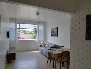 Apartamento renovado, com garagem, a duas quadras da praia(rua da feirinha)