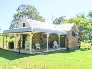Romantic luxury close to town, fine food dining and winerys