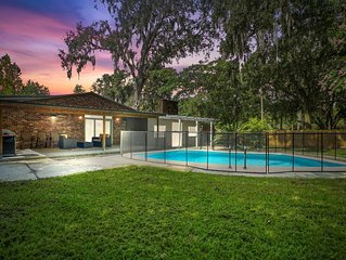 Spacious Modern Open Floor Plan, Heated Pool , BBQ, Covered patio, 1/2 acre,