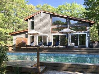 Village Fringe - Stylish Glassy Modern House with Tennis Courts