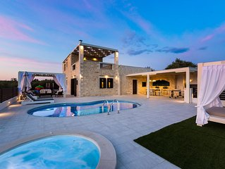 Caramel Villa! Private Pool &  Heated Jacuzzi, 5' from the beach!