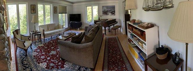 Sala de estar con cómodos asientos para cócteles, conversación y noche de juegos.
