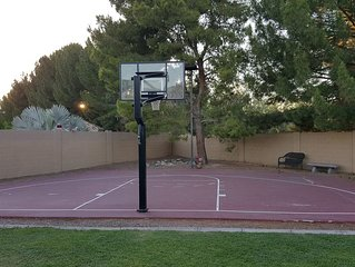 Sleeps 18 Fun for All... 5 bedroom 2 bath with BasketBall Court, Swimming Pool