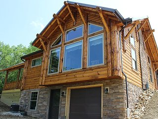 Beautiful Cabin overlooking Lake - Hot Tub, Kitchen, Games, Sleeps 6!
