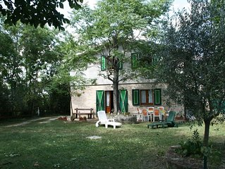 Ferienhaus mit Grillmoglichkeit, teilweise umgeben von einem Olivenhain