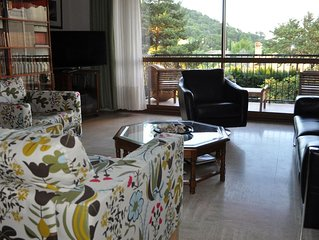 5 minutes by car from historic centre. Quiet, sunny location. Parking and wifi