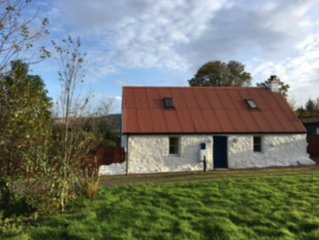 Lochside Cottage, Peaceful location, Stunning Views.