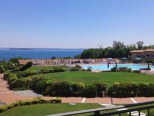 Trilocale stupenda vista lago in residence con tre piscine e 36.000 mq di verde