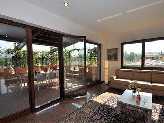Grande Penthouse con terrazzi in villa singola con piscina e giardino privati.