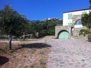 Villa neuve entre mer et montagne à proximité de tout commerce.