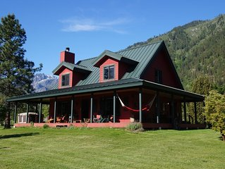 Serene mountain views, ONLY 5 minutes from Leavenworth, AND Dog Friendly!