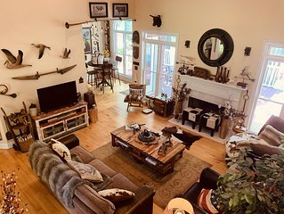 Lakefront Artsy/Spacious Reynolds Farm House w/Fire Pit (Kayak & SUPs incl.)