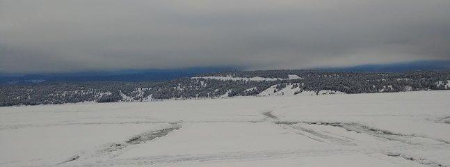 Patinez sur le lac gelé Invermere, à 15 minutes en voiture du condo
