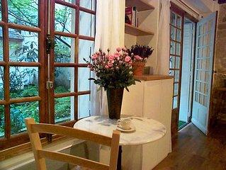 Marais - Unique 'Country Cottage in Heart of Paris' Romantic Garden Apartment