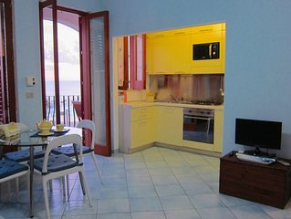JEWEL waterfront apartment in main square, all comforts, restaurants and port