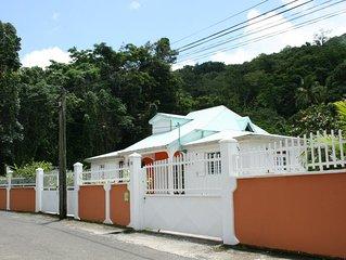 Villa familiale avec jardin créole, rivière et forêt tropicale à Pointe Noire